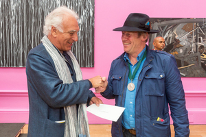 Tim Shaw erhält Jack Goldhill Award for Sculpture der Royal Academy of Arts.